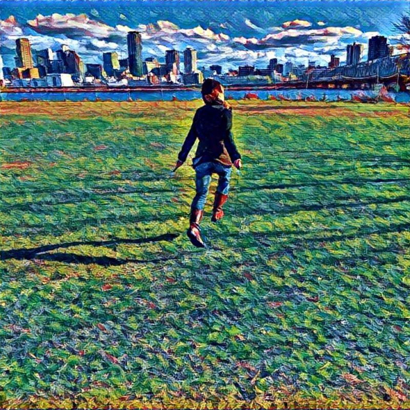 淀川でジャンプする少女