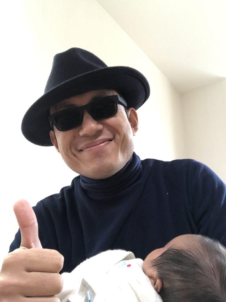 赤ちゃんとサングラスのブルースマン