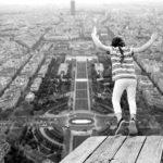 飛び降りる人
