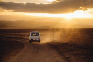 荒野を駆け抜ける車