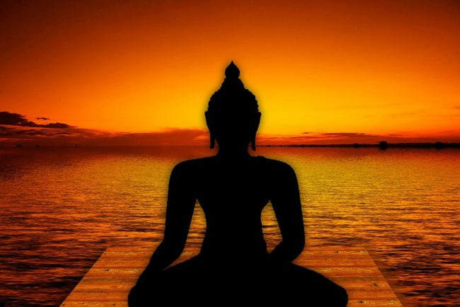 夕日の中瞑想するブッダ
