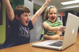 ノートパソコンの前で換気する子供たち