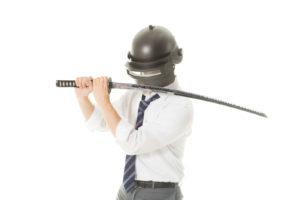 刀で武装する会社員