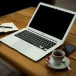 ノートパソコンとコーヒー