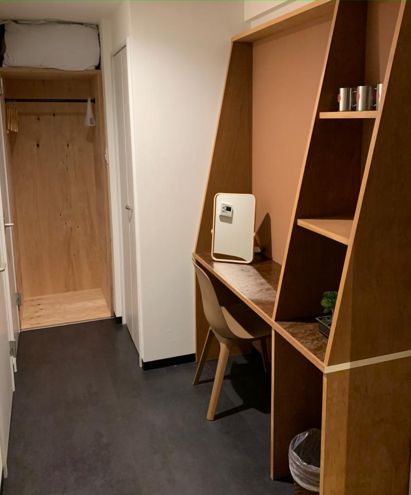 EARTHMANS OSAKAJOの8人部屋のデスクの画像