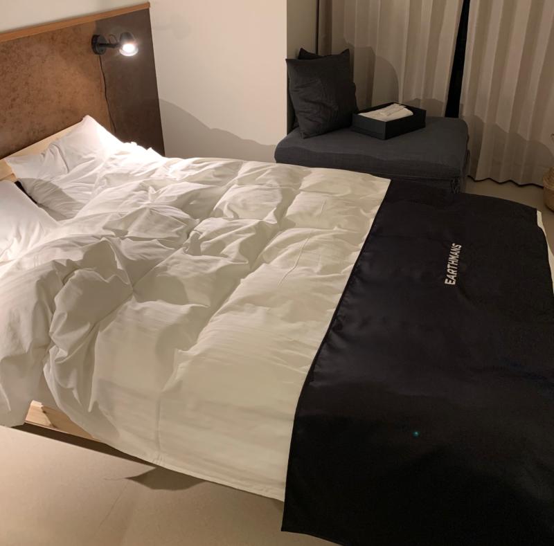 EARTHMANS OSAKA-JOのSUITE10のベッド