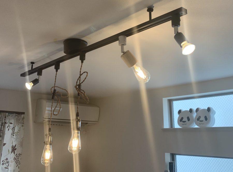 ライティングレールとスポットライトとペンダントライトのオシャレなお部屋の明かりの図