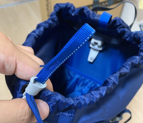 GREGORYのバックパックZULU35の開口部。巾着袋式になっており2種類の紐で開け閉めは楽。奥にはハンガーも付いている。