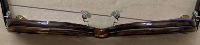 JINS Switch Flip Up ウェリントンを真下から撮った写真。メガネ本体とプレートに隙間があることがわかる。