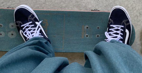 通常のショービットをする時の右足。スケボーのデッキからつま先がはみ出ている。
